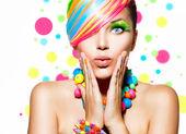 Retrato da beleza da menina com composição colorida, cabelos e acessórios — Foto Stock