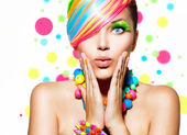 Retrato de niña de belleza con maquillaje colorido, pelo y accesorios — Foto de Stock
