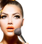 Hermosa joven aplicar maquillaje. chica morena — Foto de Stock