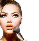 Mulher jovem e bonita aplicar maquiagem. menina morena — Foto Stock