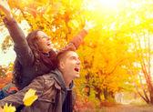 Szczęśliwa para w parku jesień. upadek. rodzinne zabawy na świeżym powietrzu — Zdjęcie stockowe