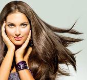 Vacker kvinna med långa blåsa håret — Stockfoto