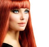 Mulher sexy com o cabelo vermelho direto brilhante longo isolado no branco — Foto Stock