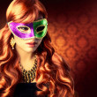 linda garota em uma máscara de carnaval — Foto Stock