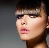 刘海。时尚型的女孩,时尚的发型和化妆 — 图库照片