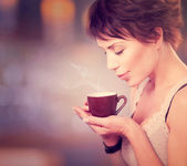 Coffee. Beautiful Girl Drinking Tea or Coffee — Stock Photo