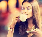 Caffè. bella ragazza di bere tè o caffè — Foto Stock