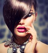 刘海。美女性感模特的女孩,完美的妆容和美甲 — 图库照片