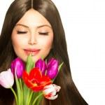 mujer de belleza con ramo primaveral de flores de tulipán — Foto de Stock   #44267029