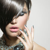 Fringe. Beauty Sexy Model Girl with Perfect Makeup and Manicure — Stockfoto