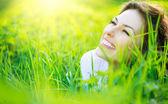 Mulher jovem e bonita primavera ao ar livre curtindo a natureza — Fotografia Stock