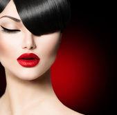时尚魅力的美少女与时尚的发型刘海 — 图库照片