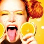 Teen girl with juicy oranges. — Stock Photo