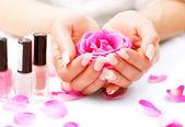 Mãos de mulher com manicure — Foto Stock