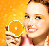 Beauty model girl with juicy oranges. Freckles — Stock Photo