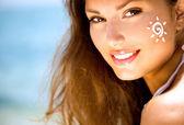 Girl Applying Sun Tan Cream on Face. — Stock Photo