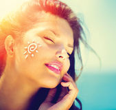 Girl Applying Sun Tan Cream — Stock Photo