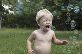 Baby играть с мыльных пузырей — Стоковое фото