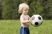 Bebê com bola no parque — Foto Stock
