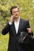 Muž s chytrý telefon a věci na skladě — Stock fotografie