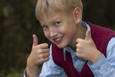 Smiling boy giving thumbs — Foto de Stock