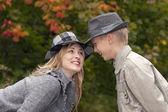 Lycklig mor och son i höst park — Stockfoto