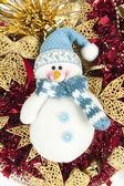 Sněhulák na vánoční pozadí — Stock fotografie