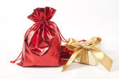 Sacchetto rosso con regali e un fiocco oro — Foto Stock