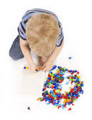 Child plays with a mosaic — 图库照片