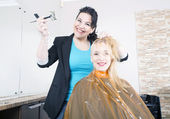 Hairdresser dyes hair — Foto Stock