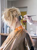 Hairdresser dyes hair — Stockfoto