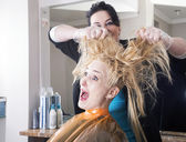 Hairdresser dyes hair — Stock fotografie