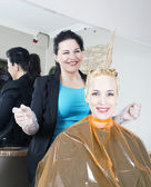 Hairdresser dyes hair — ストック写真