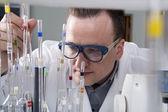 Vědec s laboratorní pipety — Stock fotografie