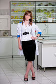 Mladá dívka v laboratoři — Stock fotografie