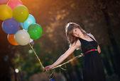 Balonlar ile genç kız — Stok fotoğraf