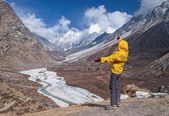 Human standing on rock and looking on the Himalaya mountains — Stock Photo