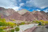 Hiking in Himalaya mountains — Stock Photo
