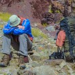 Trekker resting in height mountain — Stockfoto