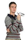 Gözlüklerini düşünceli bir adam tutar — Stok fotoğraf