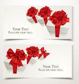 подарочные карты с подарочные коробки и красный лук на белом фоне — Cтоковый вектор