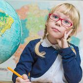 Barn i skolan, tjejen i skolan arbetar med abacus — Stockfoto