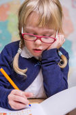 Niño en la escuela, niña en la escuela trabajando con ábaco — Foto de Stock