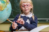 Enfant à l'école, fille à l'école travailler avec boulier — Photo