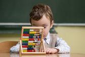 Pojke i skolan arbetar med abacus — Stockfoto