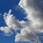 Moln på blå himmel vektor illustration — Stockvektor