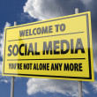Road sign with words Welcome to social media on blue sky background — Stock Photo