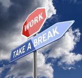 Arbeta och ta en paus ord på röd blå vägskylt — Stockfoto