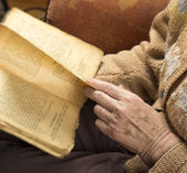 Hands of an older woman reading book — Foto Stock