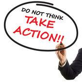 Mão de empresário com marcador de ponta de feltro, escrevendo o texto não acha entre em ação — Fotografia Stock
